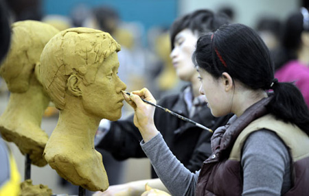 A high school senior works on an art piece for entry into Konkuk University's College of Art and Design in this Jan. 30 file photo. Seniors rarely attend school until graduation after taking the College Scholastic Ability Test (CSAT) in early November. They are either busy preparing for practical or essay examinations, or do not feel it necessary to go to classes. (Korea Times file)