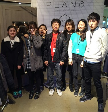 Student designer Kim Ga-eun, second from right, poses with Plan 6 colleagues at the brand's pop-up store at a department store in Seoul. 