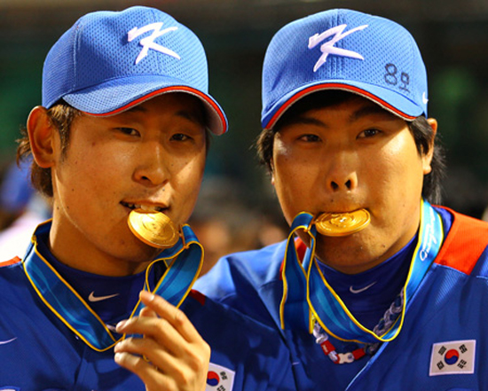 Gone are the days when Kia Tigers pitcher Yoon Suk-min, left, was considered a comparable player to Los Angeles Dodgers' Ryu Hyun-jin. Seeking a career in Major League Baseball (MLB), Yoon left for the United States in October to try out for several American teams. He returned to Korea last Saturday without a contract. After a shoulder injury, Yoon has been struggling to draw interest from the MLB. (Yonhap)