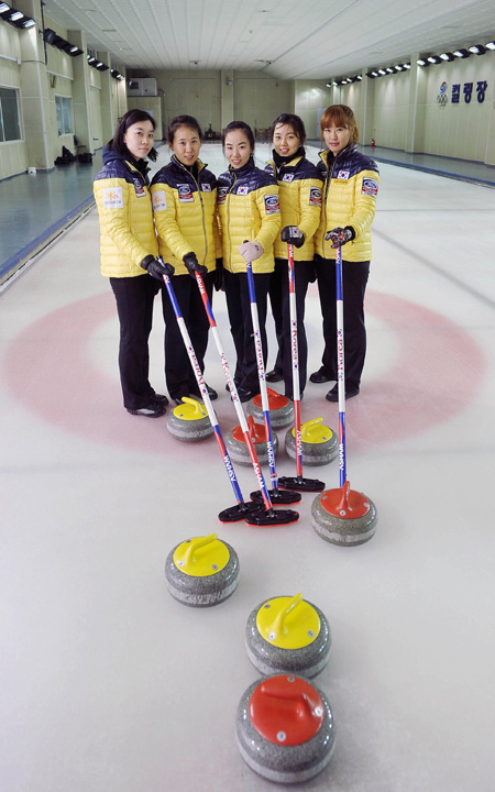 The Korean female curling national team, from left, Um Min-ji, Shin Mi-sung, Kim Ji-sun, Lee Seul-bee and Gim Un-chi, pose at the Taeneung National Training Center, on April. 21, 2012. Korean athletes competing in less popular sports vow to let their presence be known at the Sochi Winter Olympics, which will be held from Feb. 7 to 23. (Korea Times file photo)