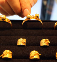 Various gold rings and bracelets are on display at a store in Seoul in this file photo. Koreans traditionally bring these as gifts for babies at their first-birthday parties. (Yonhap)