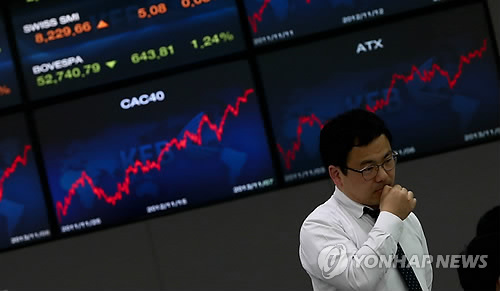 A South Koren trader works at the Korea Exchange Bank's main office in Seoul, South Korea (Yonhap)