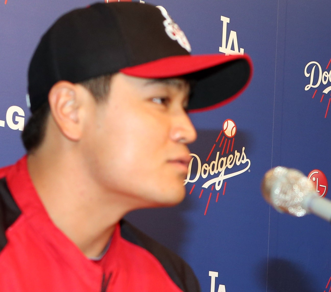 Just when will Shin-soo Choo, left, sign? Even Hyun-jin Ryu must be curious. (Korea Times File)