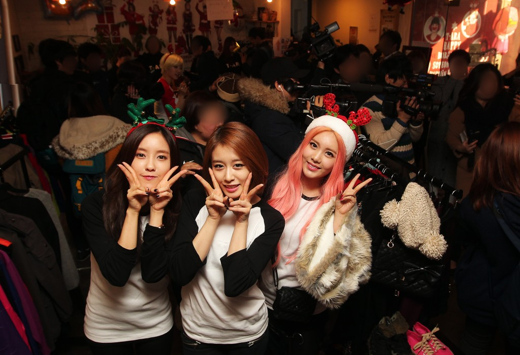T-ara's Hyomin (from left), Ji-yeon, and Qri showed up at one Gangnam cafe on Christmas Eve to help out with charity sale event. (Yonhap)