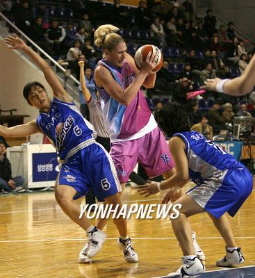 After the 3-time WNBA MVP Lauren Jackson showed up to play in Korea in 2006~2007 season, WKBL banned foreign players until last year. (Yonhap)