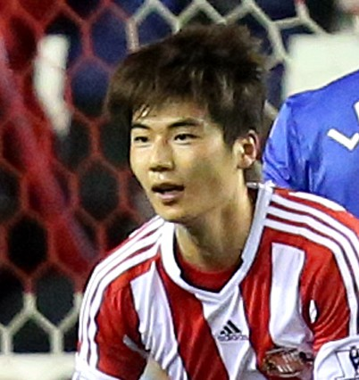 Sunderland's Ki Sung Yueng, right, celebrates his goal during their English League Cup quarter final soccer match against Chelsea at the Stadium of Light, Sunderland, England, Tuesday, Dec. 17, 2013. (AP Photo/Scott Heppell)