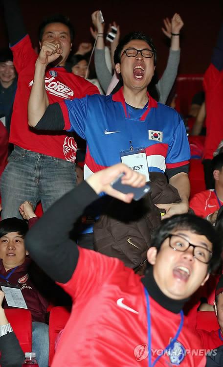2014 World Cup draw has Korean fans screaming for joy. (Yonhap)