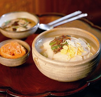The image of the rice-cake soup prepared by Han Bok-ryo, head of the Institute of Korean Royal Cuisine. 