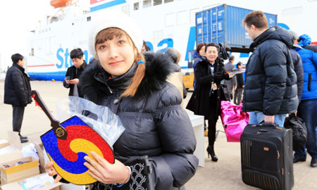 Russian tourists disembark from a ferry, called the New Blue Ocean Line connecting Korea and Russia, at the eastern port city of Sokcho, Wednesday. Tourists from Russia can travel without a visa for 60 days here as a visa-waiver program between Korea and Russia went into effect this year. (Yonhap)