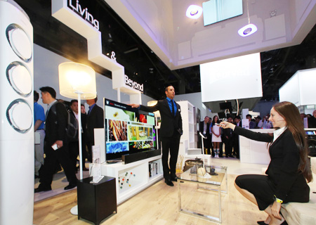 """A Samsung Electronics official explains key functions of its new """"Samsung Smart Home"""" program at its booth in this year's International Consumer Electronics Show (ICES) at the Las Vegas Convention Center, Wednesday. (Courtesy of Samsung Electronics)"""