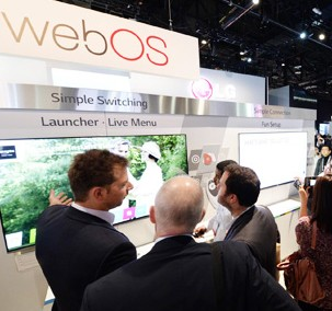 Participants look at LG Electronics' Web OS TV platform to be used in the firm's premium smart TV at its booth in this year's International Consumer Electronics Show (ICES) at the Las Vegas Convention Center, Wednesday. (Courtesy of LG Electronics)