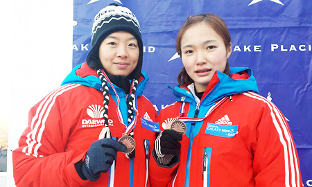 Bobsledders Kim Seon-ok, left, and Shin Mi-hwa pose with their bronze medals after their third-place finish in the two-woman race in the North America's Cup in Lake Placid, New York, on Friday (KST). It was Korea's first medal in the female competition of an international bobsled event. (Yonhap)