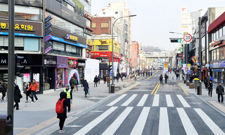 People walk on Yonsei Street of which car lanes were reduced to two from four to give more space for pedestrians. (Courtesy of Seodaemun District Office)