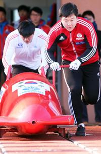 Bobsledders Won Yun-jong, right, and Seo Yeong-woo, who will represent Korea at the Sochi Olympics, practice at their training facility in PyeongChang, Gang-won Province, Monday. (Yonhap)