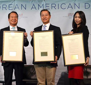 Donald Manzullo, left, president and CEO of the Korea Economic Institute of America, poses with honored business leaders at the Korean American Day celebration at the Newseum building in Washington, D.C., Monday. They are, from left, Manzullo; Simon Lee, chairman and CEO of STG; Michael Yang, co-founder of Become.com; and Sarah Paiji, co-founder of Snapette.  (Yonhap)