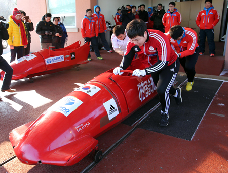 Korea's bobsleigh national team practices at Alpensia Ski Resort in Gangwon Province, Monday. (Yonhap)