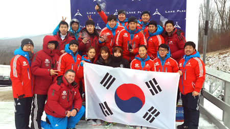 The Korea's national bobsleigh team poses after finishing its training ahead of the Sochi Olympics in Lake Placid, New York, on Jan. 13 (KST). Korea is likely to send its biggest-ever Winter Olympic delegation to the Games, thanks to the dramatic improvement of its athletes in sledding sports.  (Courtesy of Korea Bobsleigh & Skeleton Federation)