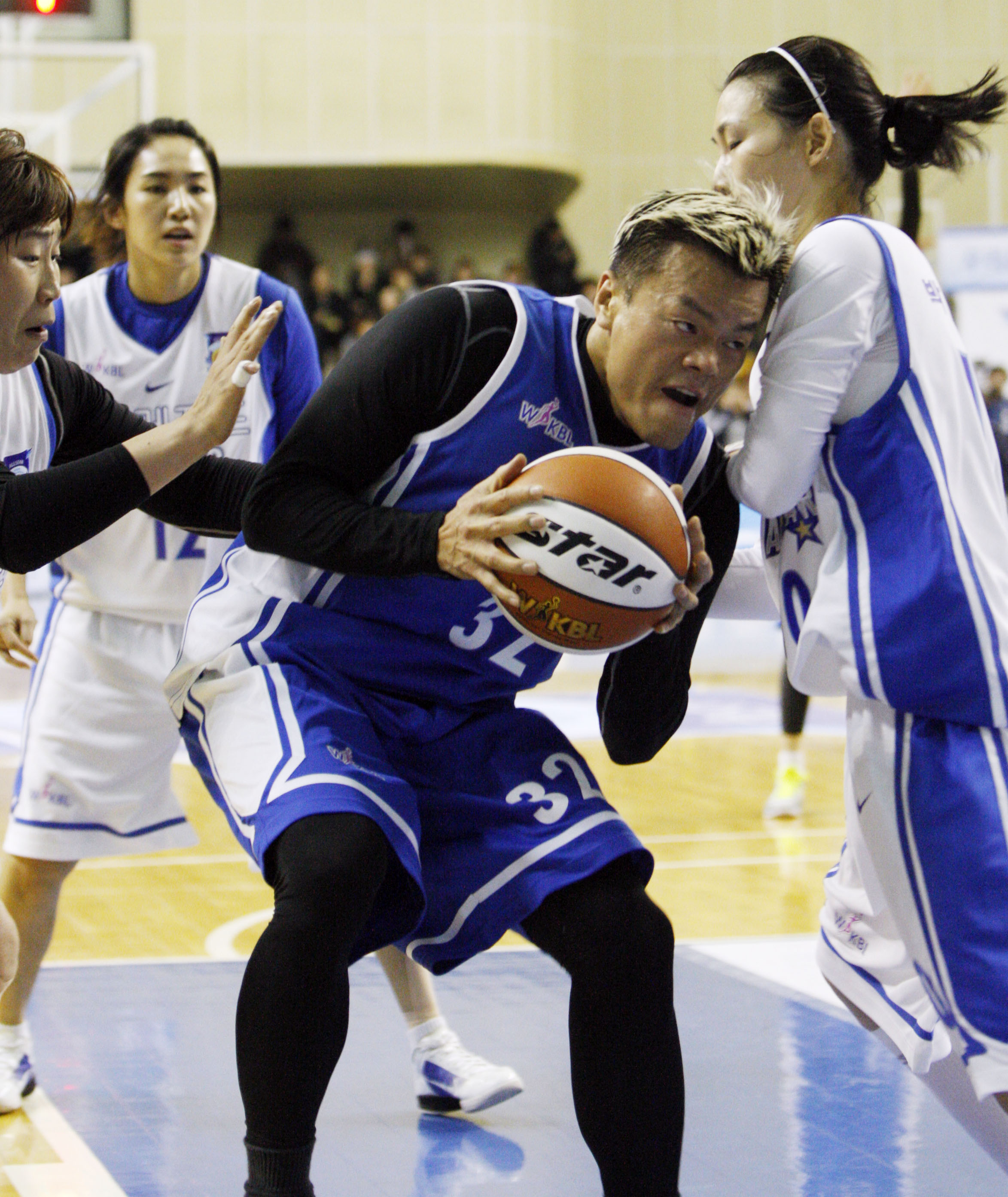 Singer Park Jin-young, middle, tries to fight through double team defense. Recently retired Park Jung-un, right, is known as one of the best forwards to ever play the game in Korea. (Yonhap)