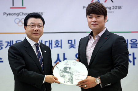 Texas Rangers' Choo Shin-soo, right, and Kim Jin-sun, president of the 2018 PyeongChang Olympic organizing committee, pose with a commemorative plate after Choo was named a goodwill ambassador for the event at the Korea Press Center in Seoul, Monday. (Yonhap)