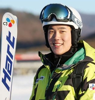 Choi Jae-woo, who will represent Korea in the mogul ski competition at the Sochi Games, believes he has a shot at Olympic hardware. (Yonhap)