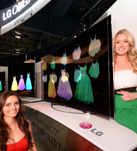 Models pose with LG Electronics' flexible OLED TV, at this year's International Consumer Electronics Show (ICES) in Las Vegas, Tuesday (KST). (Courtesy of LG Electronics)