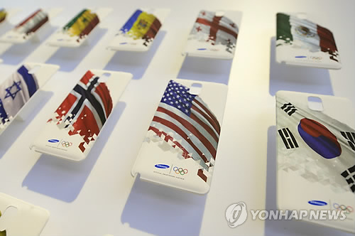A display shows Samsung phone covers representing countries taking part in the 2014 Olympic Games, at the 2014 International CES, a trade show of consumer electronics, in Las Vegas, Nevada on January 8, 2014. (UPI / yonhap)