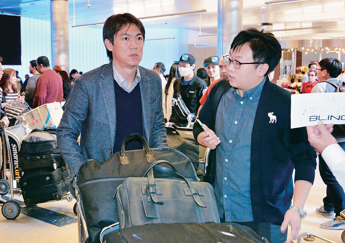 Korean national soccer team manager Hong Myung-bo, left, is being interviewed by the Korea Times reporter, Lee Woo-su, upon arrival at LAX. (Ha Sang Yoon)