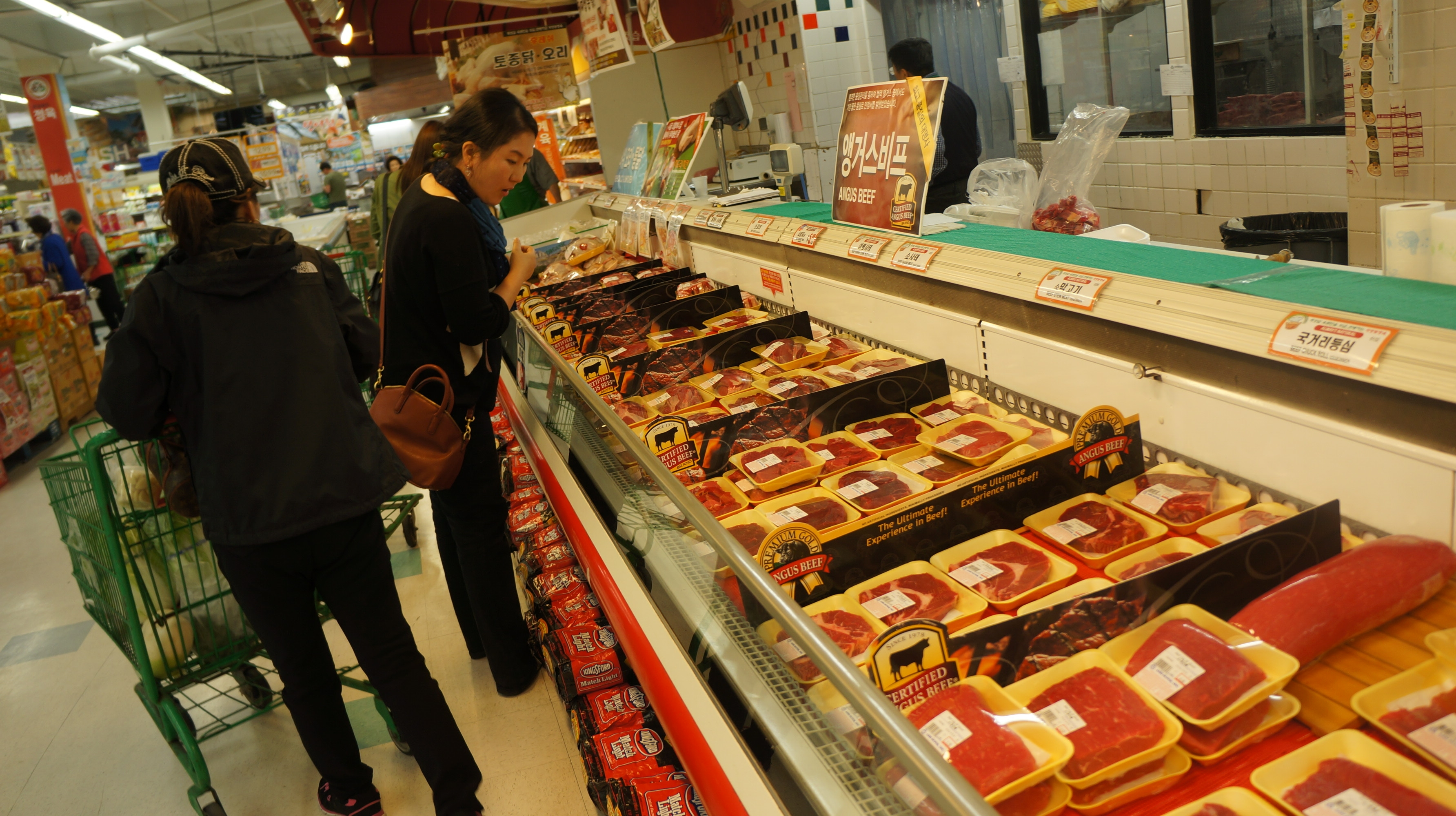 It's getting more and more difficult to choose galbi when grocery shopping. (Korea Times file)
