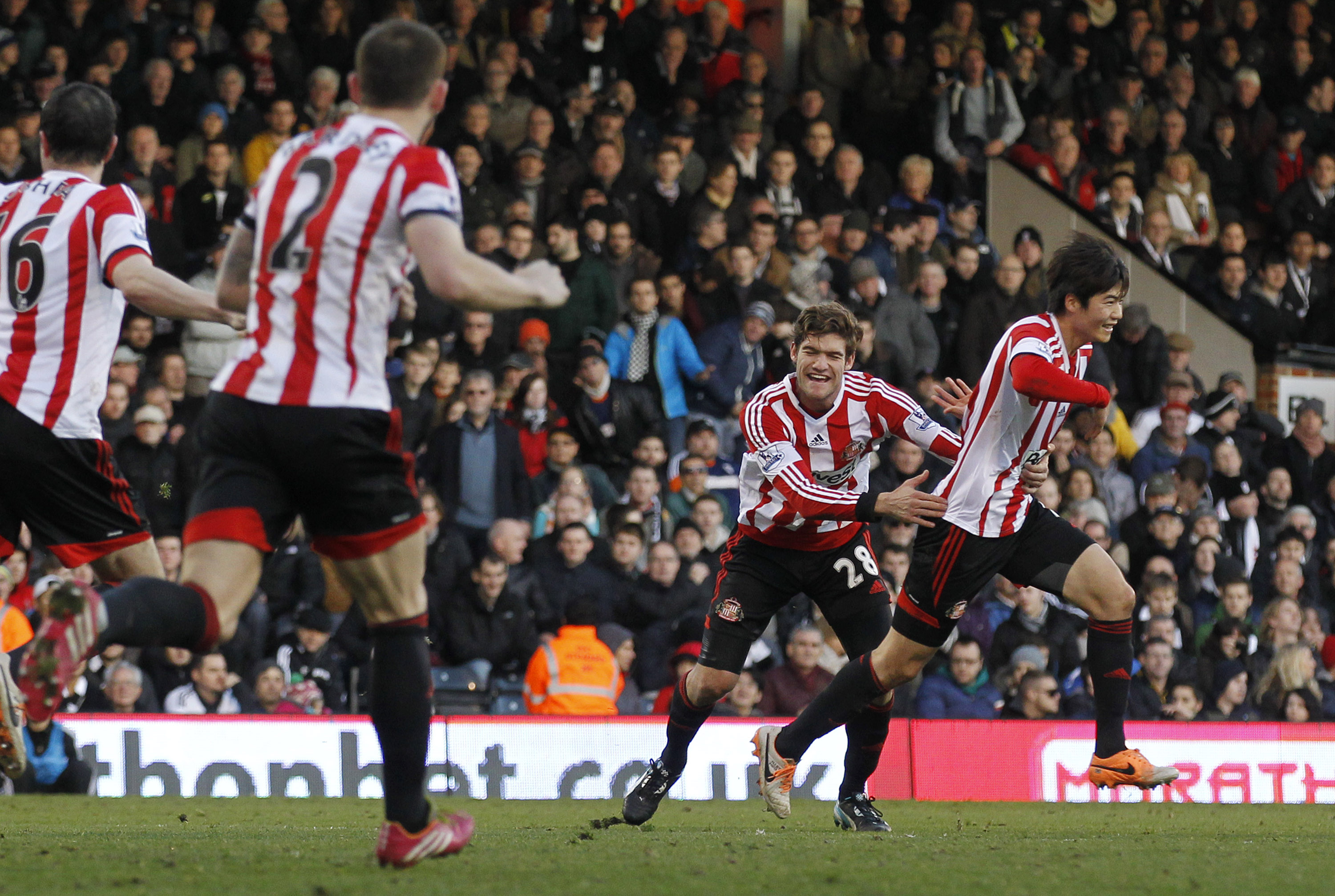 Sunderland's Ki Sung-Yueng, right, celebrates his goal against Fulham with teammates during their English Premier League soccer match at Craven Cottage, London, Saturday, Jan. 11, 2014. (AP Photo/Sang Tan)