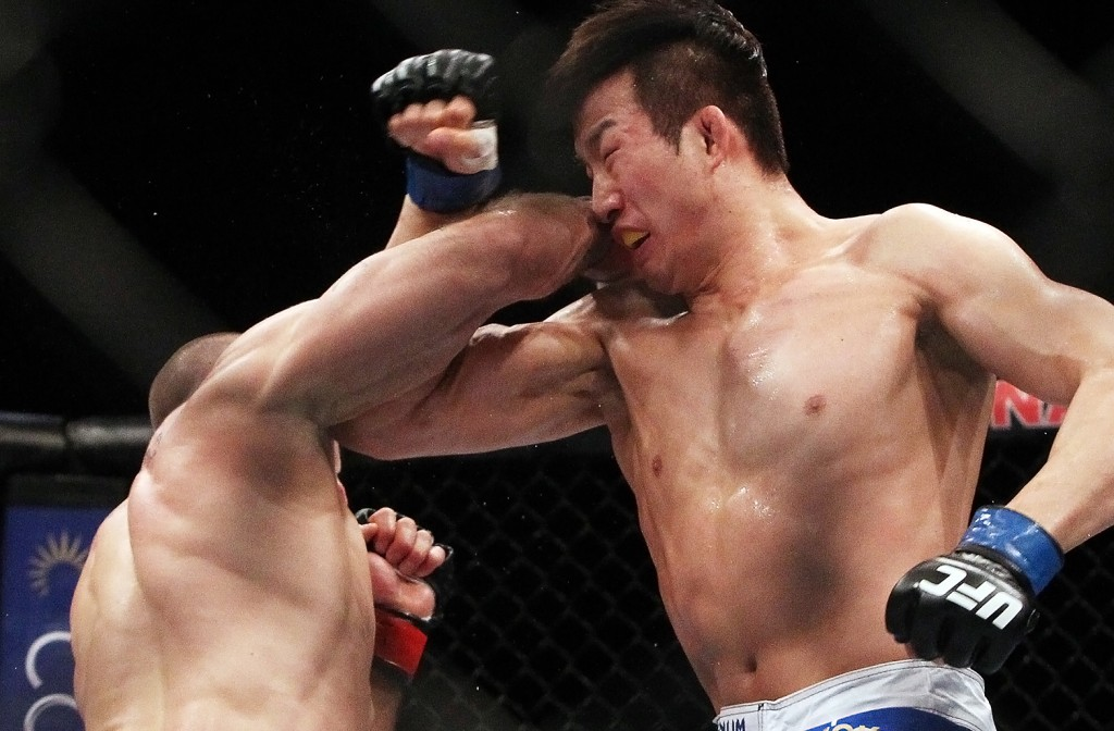 Lim, right, gets hit in the face here, but it was Saffiedine's low kicks that did most of the damage. (Yonhap)