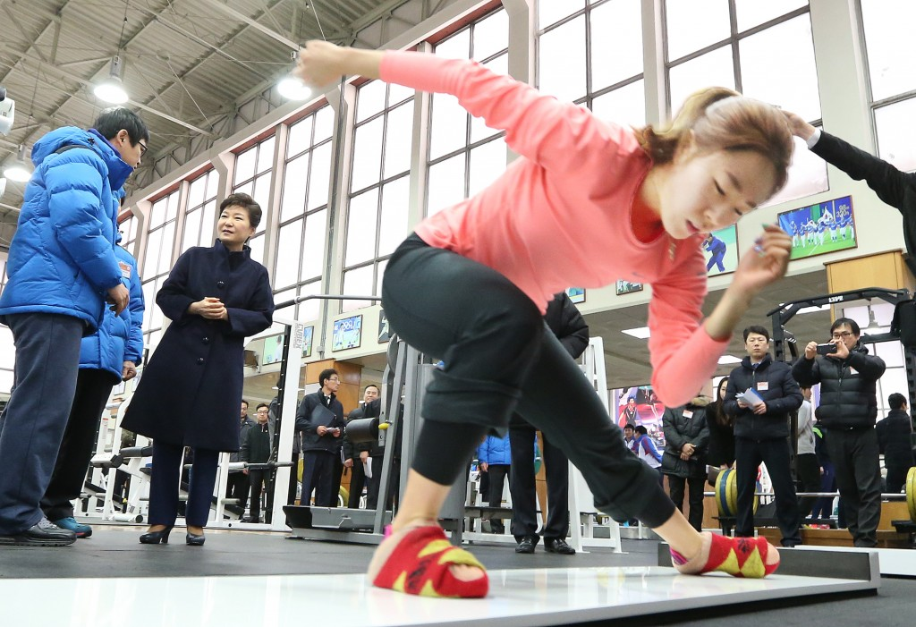 Speed skater Lee Sang-hwa practices in front of President Park. (Yonhap)