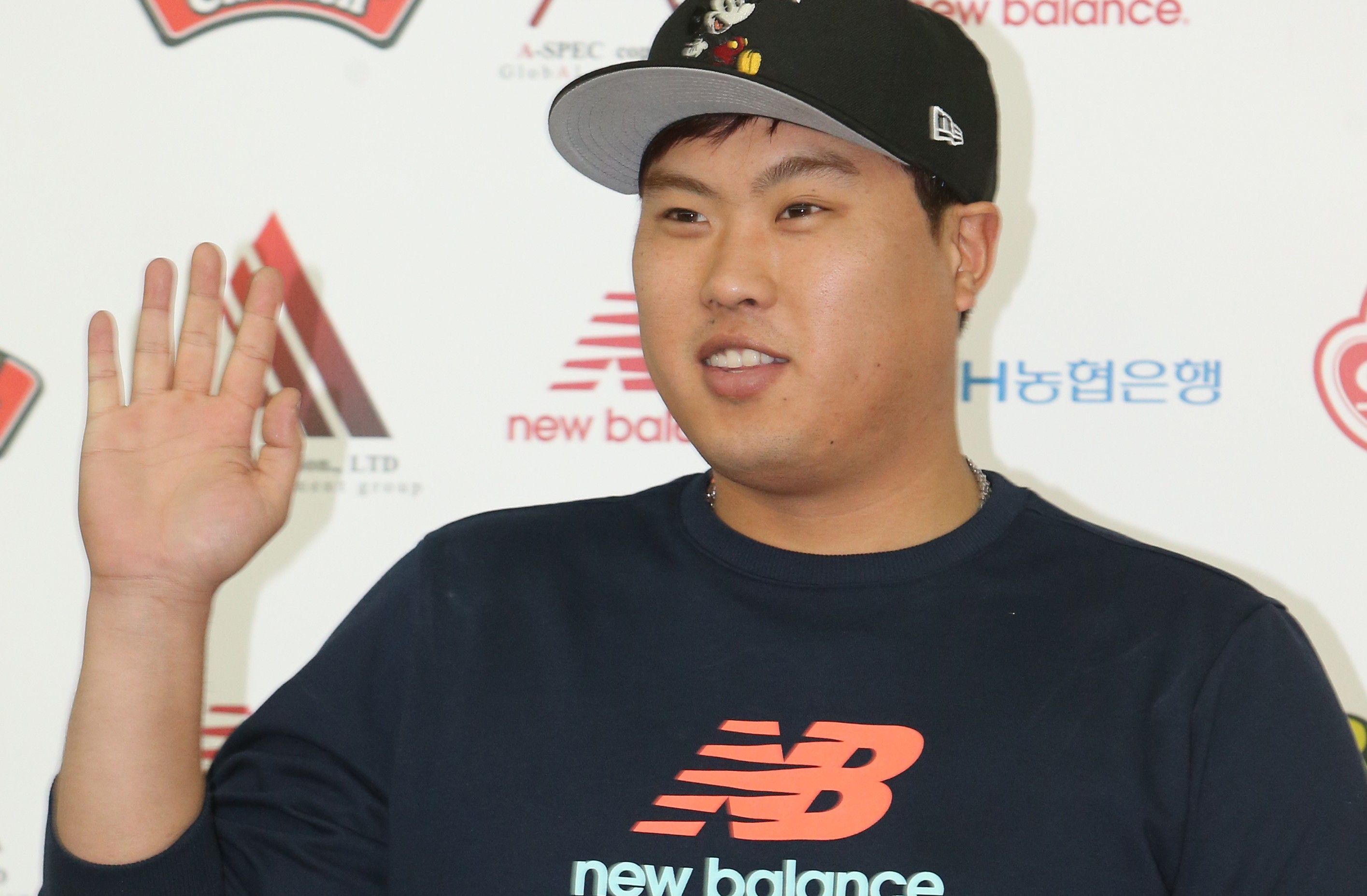 Ryu Hyun-jin is waving his hand to fans and reporter as he departs for Los Angeles on Friday. (Yonhap)