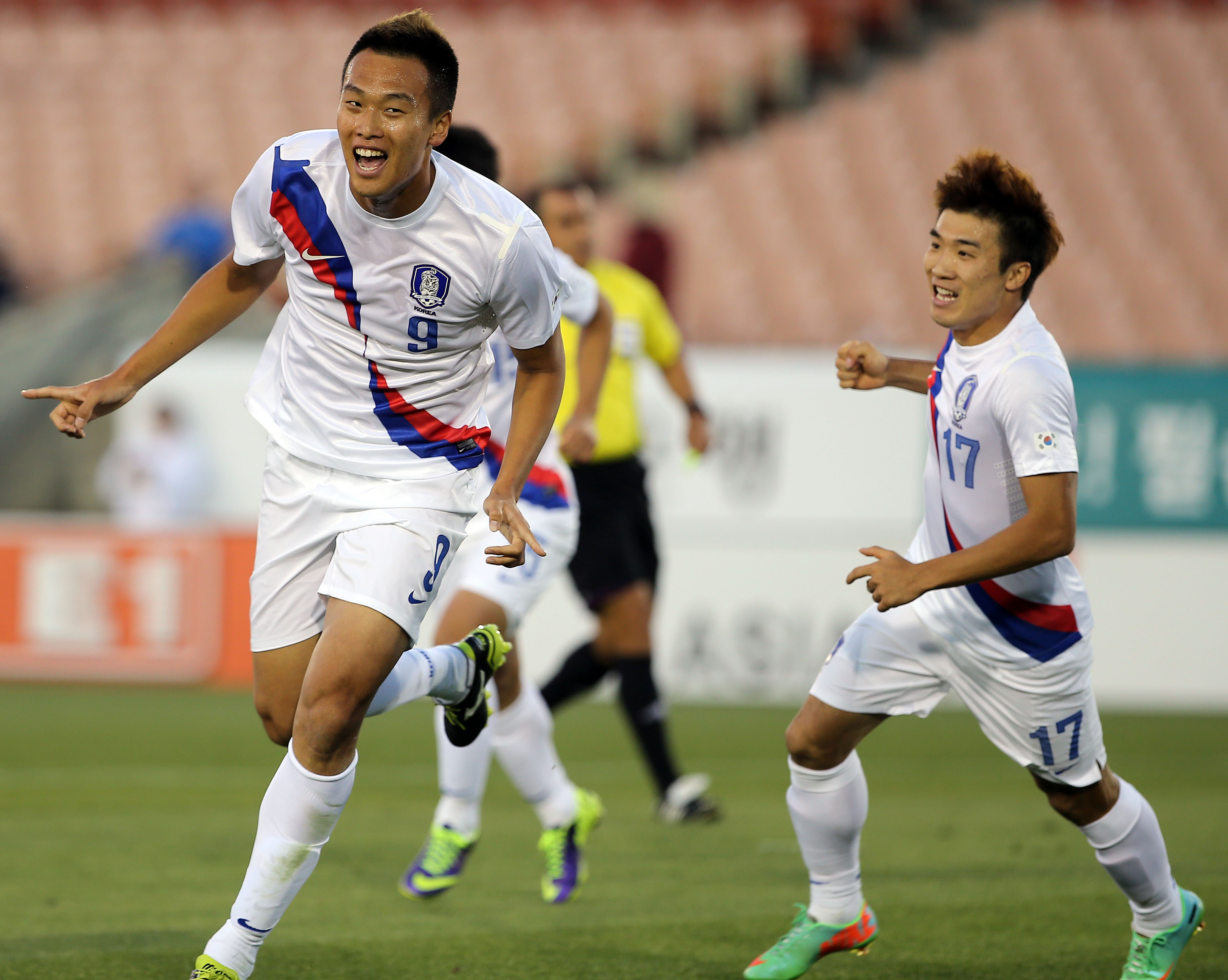 Kim Shin-wook, left, will look to score against Mexico next. (Yonhap)