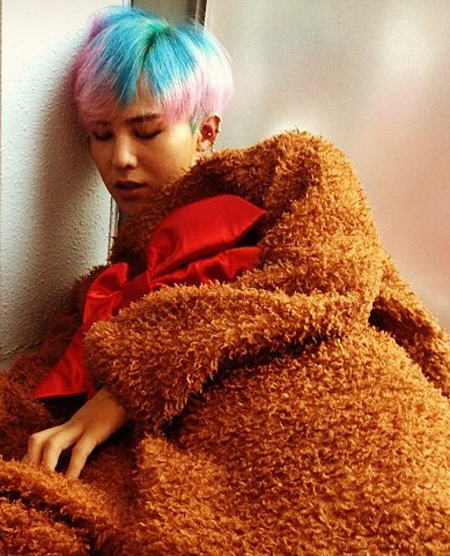 In photo taken on Sept. 15, 2012, K-pop star G-Dragon is caught sleeping with his head against the wall at an unidentified place. (Korea Times files)