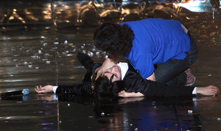 Popular rocker Kim Jang-hoon is lying on his back after losing consciousness during a concert in Boryeong, South Chungcheong Province, on June 28, 2008.