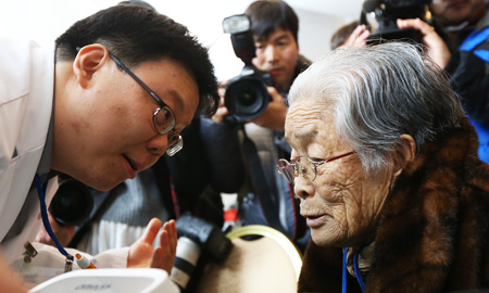 Kim Sung-yoon, 96, the oldest among 82 elderly South Koreans scheduled for inter-Korean family reunions, speaks to a doctor during a medical checkup in Hanwha Resort at the eastern coastal city of Sokcho, Gangwon Province, Wednesday. The senior citizens will travel by bus to Mt. Geumgang in North Korea today for a three-day meeting with their separated siblings and relatives. (Yonhap)