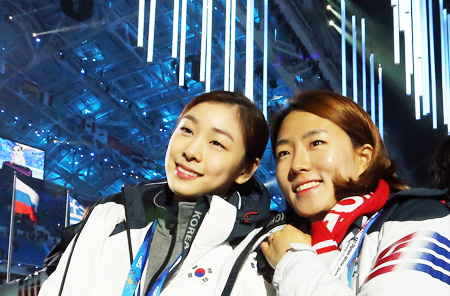 Kim Yu-na, left, who won the silver medal in the women's figure-skating, and Lee Sang-hwa, who won the gold in the women's 500-meter speed skating, pose for a photograph during the closing ceremony. (AP-Yonhap)