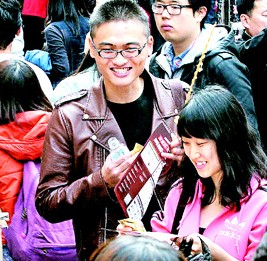 Tour guides hand out promotional leaflets to Chinese tourists at Myeong-dong in central Seoul in this file photo taken on Feb. 1. (Korea Times)