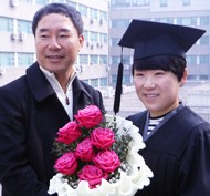 Professional golfer Shin Ji-yai, right, poses with her father at the Yonsei University graduation ceremony, Monday. Shin graduated from Yonsei University after studying physical education from 2007, and in January this year, turned in her Ladies Professional Golf Association (LPGA) membership to compete in the LPGA of Japan Tour. (Yonhap)