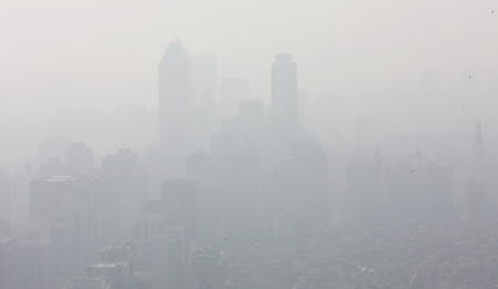 Buildings in central Seoul are shrouded in a cloud of ultrafine particles, Tuesday. The Korea Meteorological Administration announced that the average atmospheric concentration of particulate matter measuring 10 micrometers (PM10) on the day was 228 micrograms per cubic meter, the most dangerous level in its five-level air pollution scale. (Yonhap)