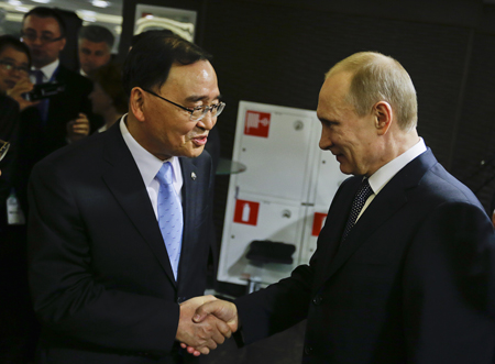 Russian President Vladimir Putin, right, greets Korean Prime Minister Chung Hong-won in the presidential lounge before the Olympic closing ceremony. (AP-Yonhap)