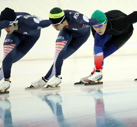 Speed skaters Lee Seung-hoon, left, and Mo Tae-bum, fourth from left, join other Korean skaters in a training session at the Adler Arena Skating Center in Sochi, Monday. (Yonhap)