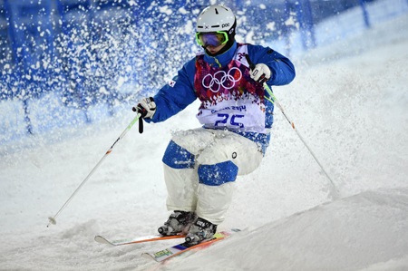 Korean freestyle skier Choi Jae-woo competes in the men's moguls final at the Sochi Winter Olympics at the Rosa Khutor Extreme Park, Monday. Choi became the first Korean skier ever to make it into an Olympic final.  (AP-Yonhap)