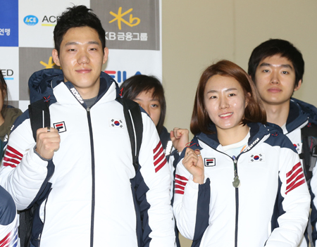 Speed skaters Mo Tae-bum, left, and Lee Sang-hwa are among the Korean athletes favored to win medals at the Sochi Winter Olympics. (Yonhap)
