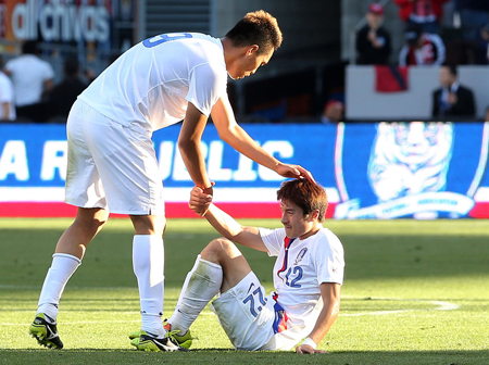 Forward Kim Shin-wook helps up midfielder Park Jong-woo during the Korean national team's 2-0 loss to the United States in Carson, Calif., Sunday (KST). (Yonhap)