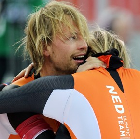 Netherlands' gold medalist Michel Mulder, left, and his brother, bronze medalist Ronald Mulder embrace each other after the speed skating: men's 500m event during the Sochi Winter Olympics on February 10, 2014. Compatriot Jan Smeekens took silver. (UPI-Yonhap)