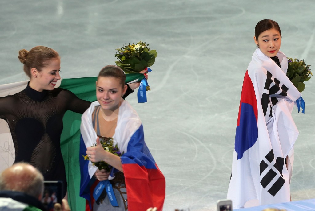 Kim Yuna, right, has a good reason for momentarily not looking as happy as the gold medalist Adelina Sotnikova of Russia, middle, and the bronze medalist Carolina Kostner of Italia. (Yonhap)