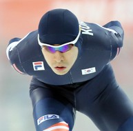 Lee Seung-hoon competes in the men's 10,000-meter speed skating event at the Adler Arena Skating Center in Sochi, Russia, on Feb. 18. He, along with teammates Kim Cheol-min and Joo Hyong-jun, will compete in the men's team pursuit in attempt to redeem himself for failing to medal in the  5,000-meter and 10,000-meter events. (Yonhap)