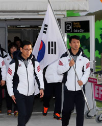 Korean speed-skater Lee Kyou-hyuk, right, and coach Kim Jae-yeol arrive at the Adler-Sochi International Airport in Russia, Sunday (KST), five days before the start of the Winter Olympics. (Yonhap)