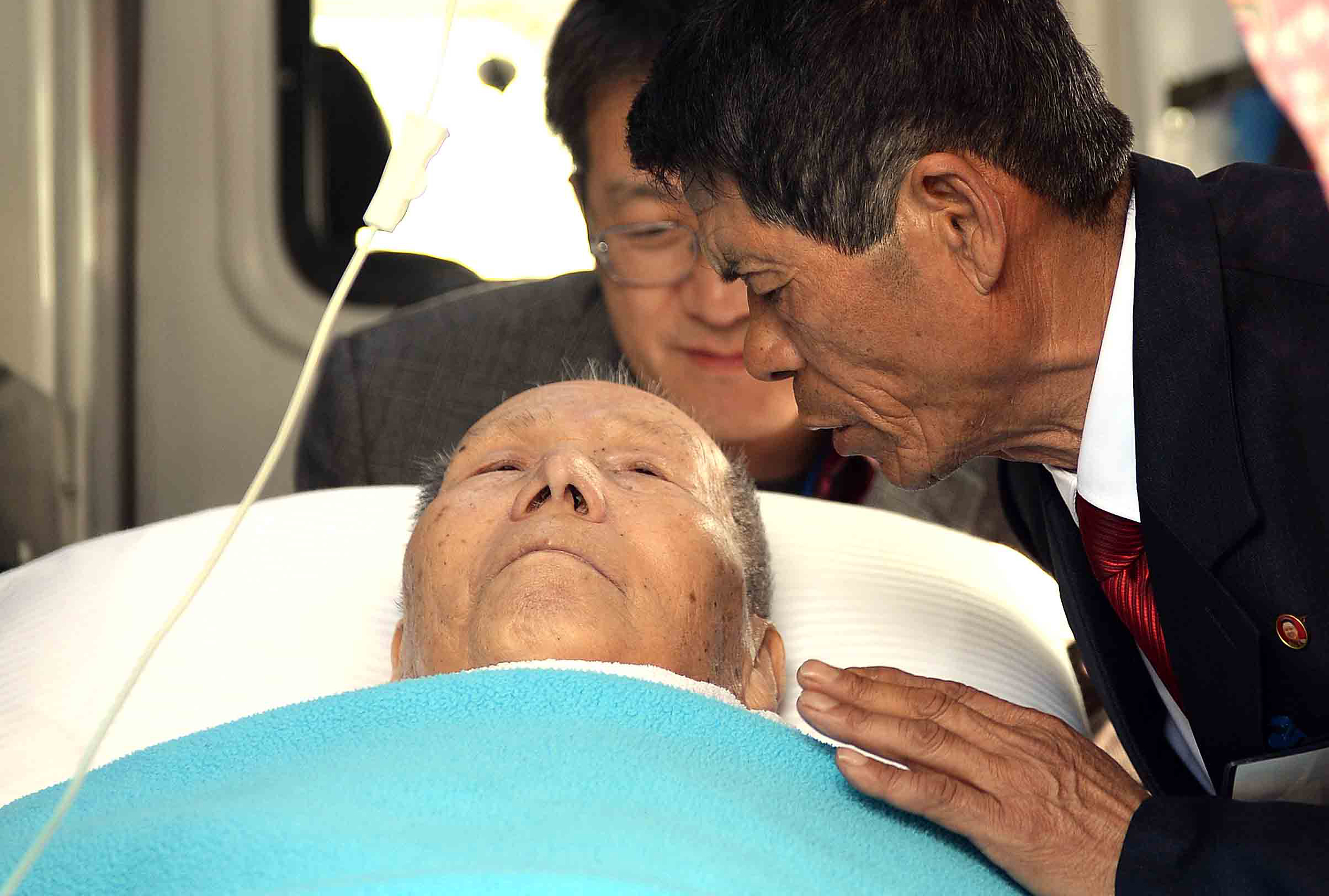 Kim Jin-chun, 66, says goodbye to his 91-year-old father Kim Sum-kyung from the South, in an ambulance parked in front of a hotel in Mt. Geumgang Resort in North Korea, Friday. The father had to return to the South a day before the official closing of the reunions of separated families during the Korea War, due to health problems.  (Yonhap)